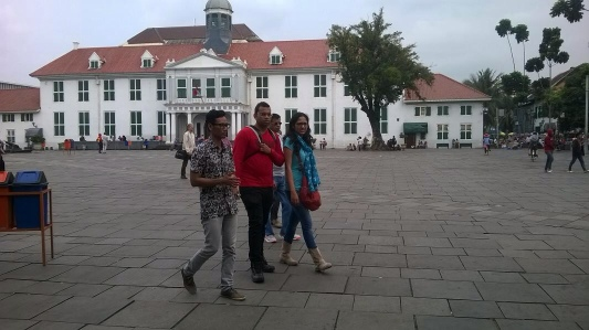 Crossing the Fatahillah Sq, in front of the Stadhuis, a building that was built for the city centre in 1707.
