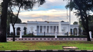 The White House? No. This is Independence Palace that we're passing during this walking tour.