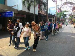 Walking on Pasar Baru is really convenient because it has a (transparent) roof that keeps us from the heat.