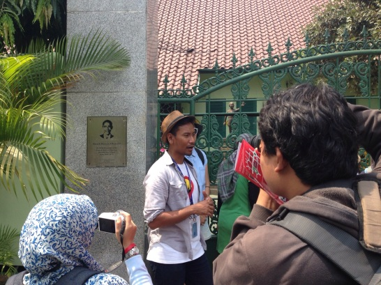 The guide of group 1, Farid, was explaining when Obama went to school in Menteng.