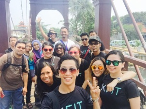 The Malaysian group was joined by an Indonesian family. Total of 15 people walking together and taking a wefie!